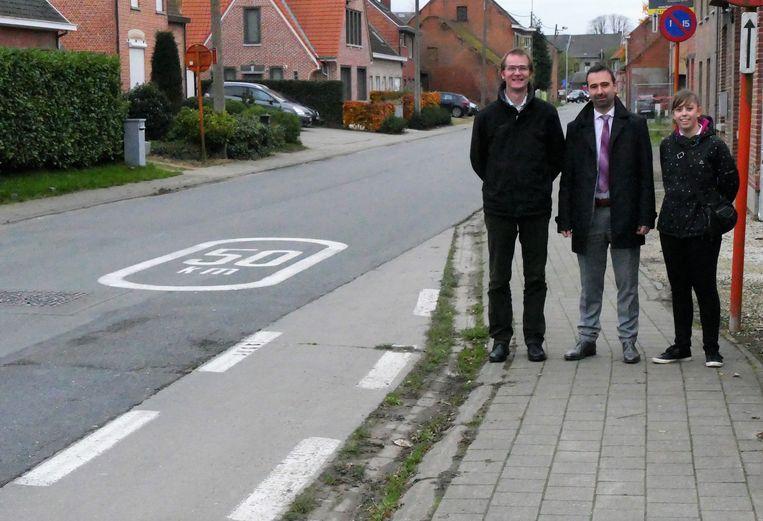 De N-VA raadsleden in de Beekstraat in Sint-Pauwels waar fietsers van het fietspad plots op de rijbaan komen.