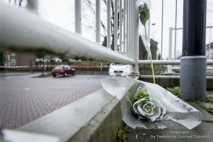 Bloemen neergelegd in de Zonstraat voor Joey Moes