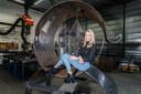 Ontwerpster Marinka Westhuis zit in haar kunstwerk dat in juni een plaats krijgt bij de binnenhaven in Vollenhove.