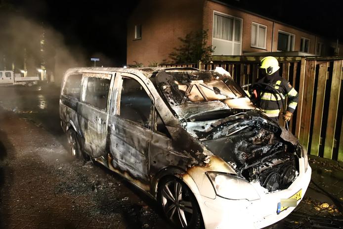 Van de Mercedesbus bleef dit over na de brand in Culemborg.