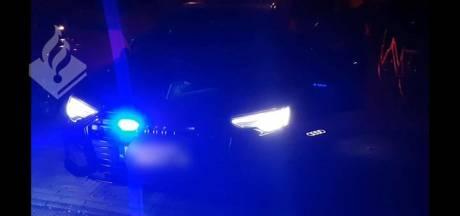 Man beweert dat hij bij geheime dienst werkt en monteert blauwe flitslichten in zijn Audi