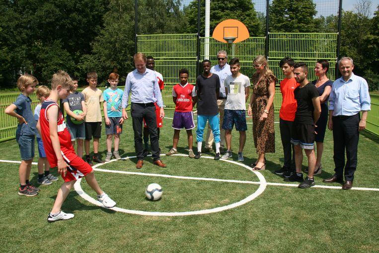 Het multifunctioneel sportveld werd geopend met de aftrap voor een wedstrijdje minivoetbal
