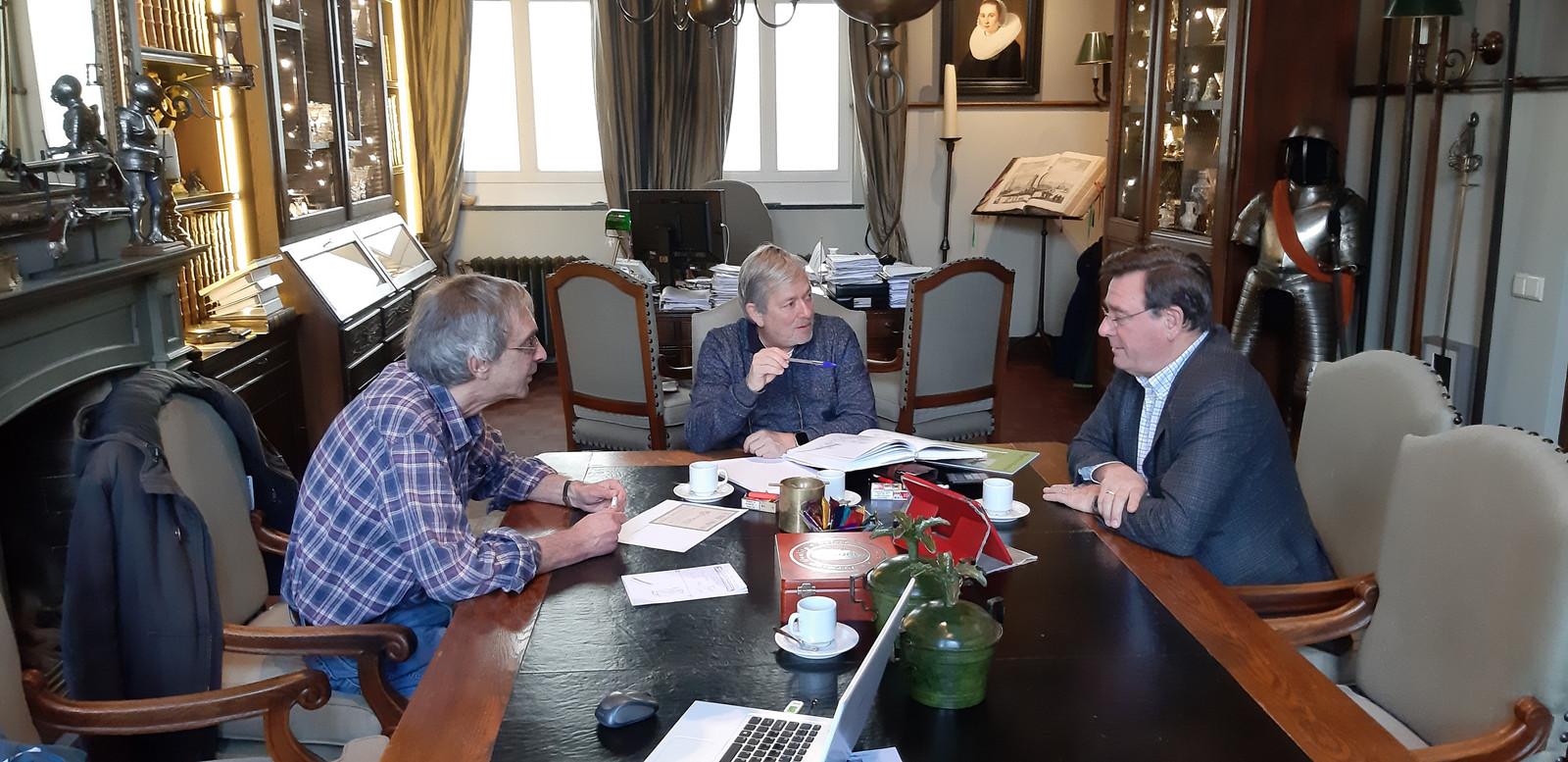 Schrijver Paul Vlemmings, Piet van der Meulen en Lambert van der Meulen (vlnr) in het kantoor van Piet in Waalre. Nicht Monique is afwezig.