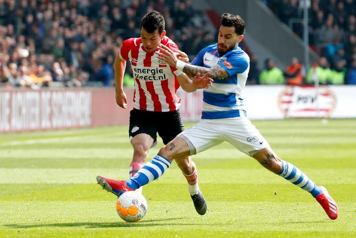 De Graafschap-linksback Jordy Tutuarima (rechts) snijdt PSV-aanvaller Hirving Lozano de pas af.
