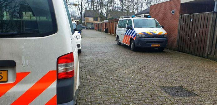 De politie aanwezig bij de Gerrit Peuscherstraat in Hengelo