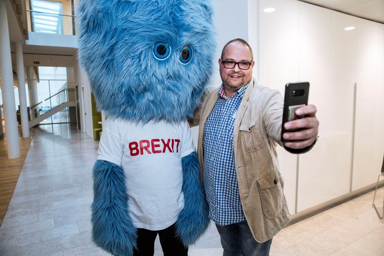 Ondernemer Arjen Hes maakt een selfie met het brexit monster, ter promotie van het Brexitloket voor ondernemers.
