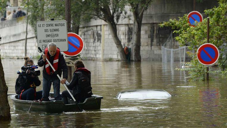 Het water van rivier de Seine in Parijs zakt langzaam. Beeld AFP