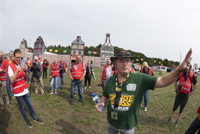 Mede-organisator Ronnie Degen wijst de verzamelde pers op de wijzigingen op het festivalterrein. Op de achtergrond rechts de nieuwe Beugelbar, het vierde festivalcafé. Foto Theo Kock