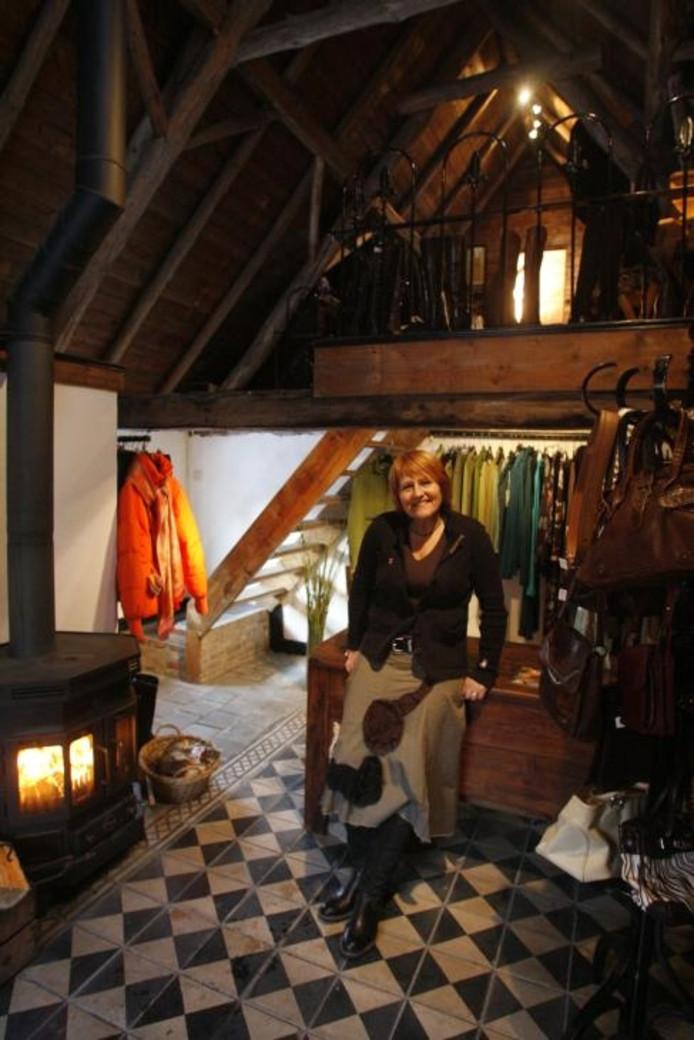 c13a90ef56a Liet van Nuland verkoopt iedere vrijdag- en zaterdagmiddag tweedehands  kleding in haar winkeltje aan de