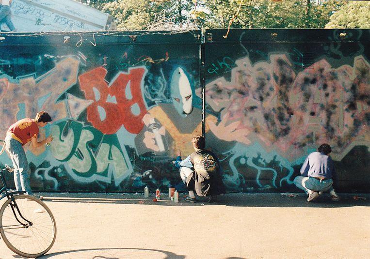 Graffitiartiesten aan het werk in 1985 Beeld Arno Adelaars