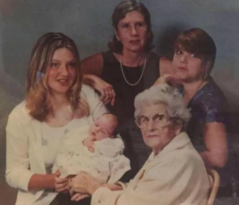 Deze foto werd genomen in 1999, bij de geboorte van Ellie. Links haar mama Kelly, bovenaan haar oma Janet, rechts mama Denise en onderaan stammoeder May.