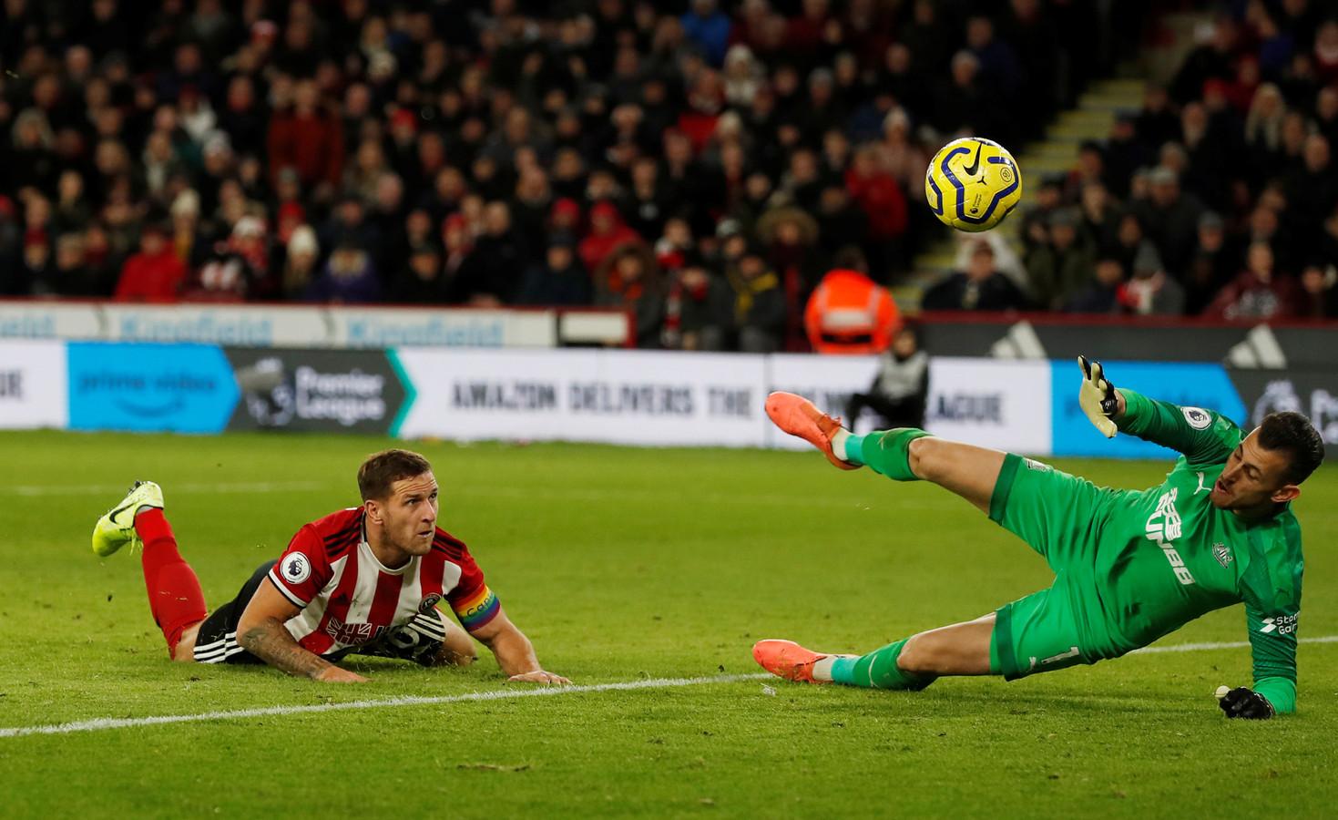 Ook Billy Sharp (links) krijgt de bal namens Sheffield United niet langs de uitblinkende doelman Martin Dubravka van Newcastle United.