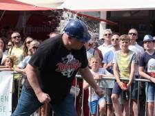 Deelnemers van Kampioenschap Eierwerpen Breda 'koppen' rauwe eieren om te winnen