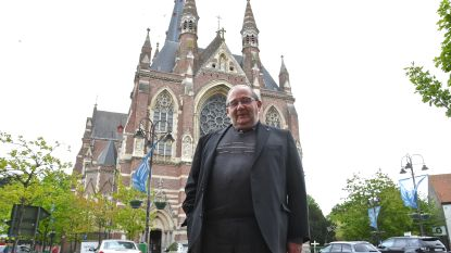 """De laatste meimaand van 'monument' André (74) in bedevaartsoord Dadizele is er één in mineur: """"Ik heb honderd groepen moeten afbellen"""""""
