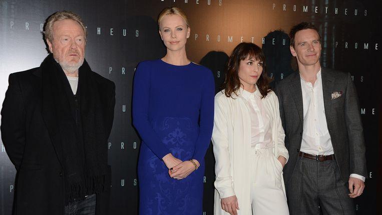 V.l.n.r. Ridley Scott, Charlize Theron, Noomi Rapace en Michael Fassbender bij de première van 'Prometheus' in Parijs. Beeld getty