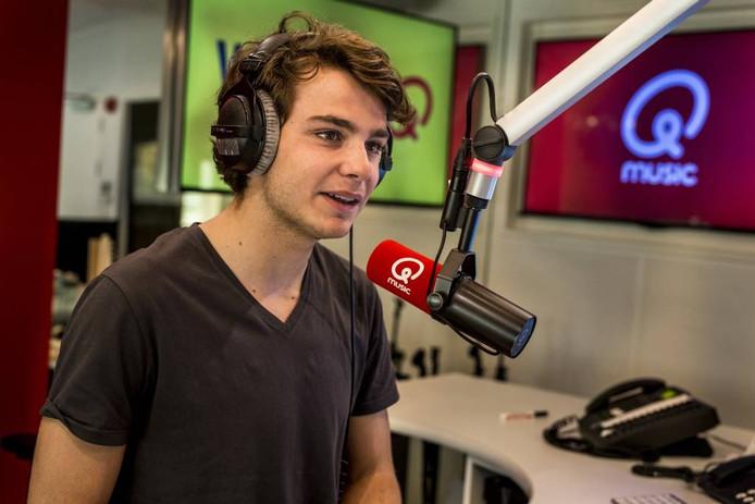 Joost Swinkels achter de microfoon van Qmusic.