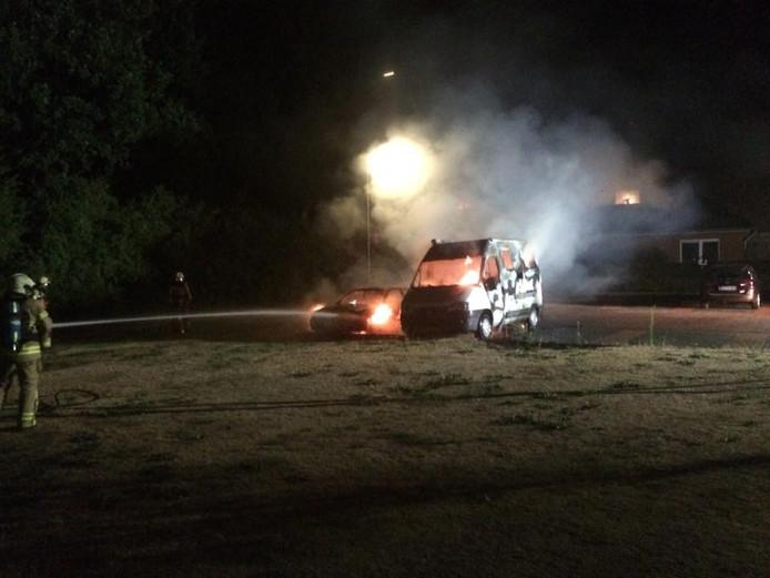De brandende camper en personenwagen stonden bij elkaar.