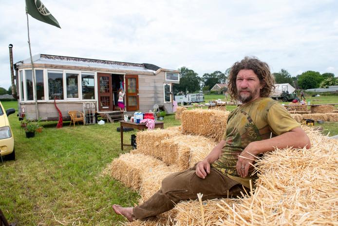 Bob Radstake, met op de achtergrond zijn huis op het terrein van The Living Village. De opbouw van het festival is weer begonnen.