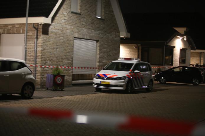 De politie doet onderzoek naar de overleden man en vrouw in de Sleutelbloemstraat in Den Bosch.