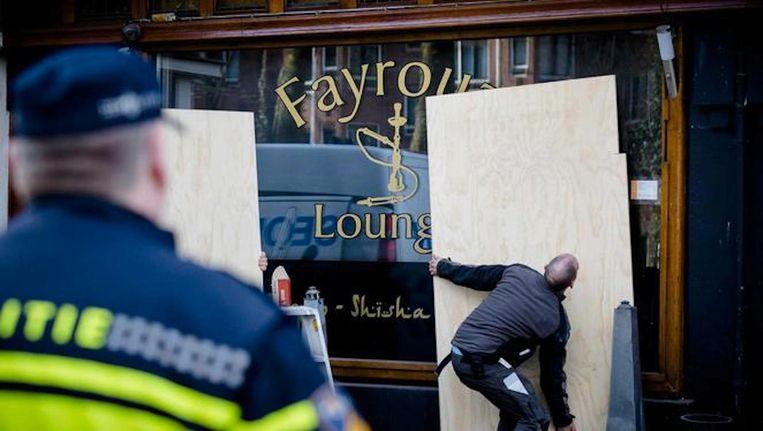De Fayrouz Lounge wordt dichtgetimmerd. Voor de deur van de shishalounge werd het hoofd van Nabil Amzieb aangetroffen. Beeld anp