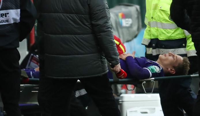 Yari Verschaeren a quitté la pelouse de Sclessin sur une civière, dimanche après-midi lors du Clasico entre Anderlecht et le Standard. Touché à la cheville, le jeune Diable Rouge devrait être absent des terrains durant quelques semaines.