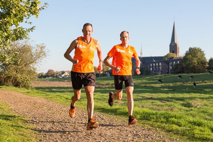 Frans (l) en Michael Woerden testen het parcours van de Ronde Venen Marathon.