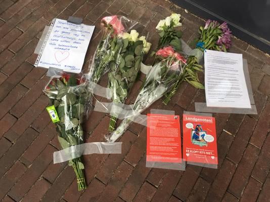 Bloemen bij het redactiekantoor van De Gelderlander.
