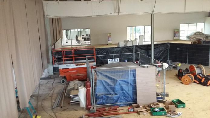 Momenteel wordt Hal12 verbouwd. Op de achtergrond de raadzaal.