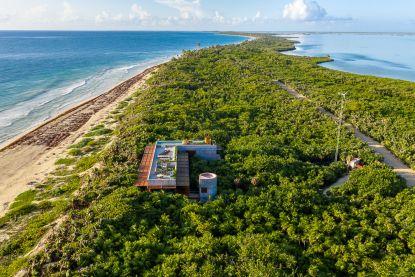 Water en palmbomen langs weerszijden: hier woon je in het paradijs