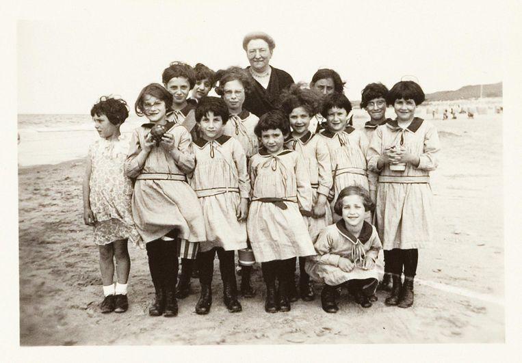 Vier jaar voor de oorlog, in 1936, vierde het meisjesweeshuis haar 175-jarig bestaan. Beeld Lotty's bankje