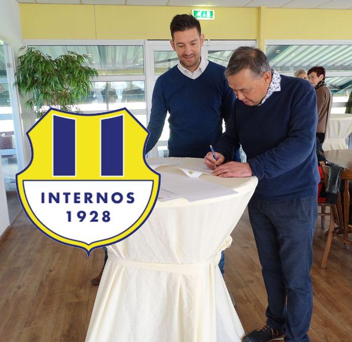 Paul van Dijk (links) ondertekent het contract bij Internos.