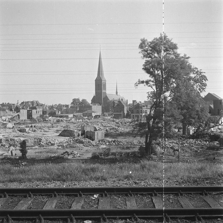 Gezicht op de Sint-Lambertus basiliek in Hengelo. Bij een bombardement in 1945 werden 17 huizen verwoest en vonden 22 mensen de dood.  Beeld Nationaal Archief
