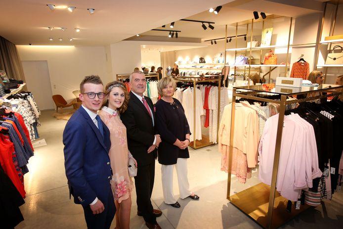 Olivier Maes, Stefanie Verheye, Dirk Maes en Marleen Beernaert in de kledingzaak.
