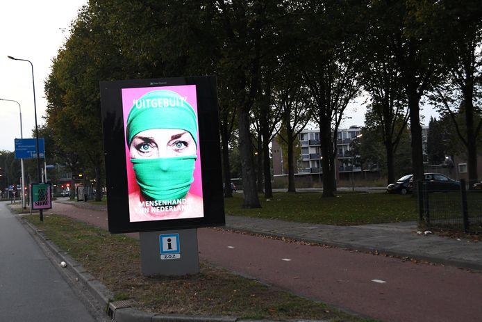 Op meerdere plekken in Den Bosch vestigen digitale borden de aandacht op mensenhandel