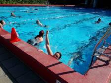 Meezwemacties Maarten van der Weijden in zwembad Heinkenszand en Aardenburg leveren 2300 euro op