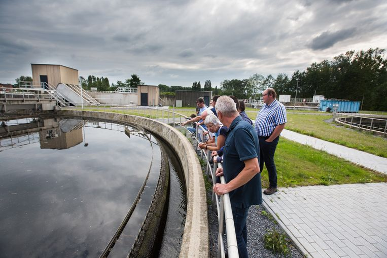 Buurtbewoners krijgen rondleiding in het aangepaste en uitgebreide waterzuiveringsstation in Beverst bij Bilzen.