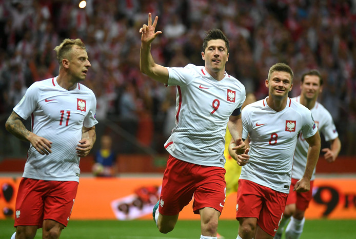 Robert Lewandowski, topscorer van de Europese WK-kwalificatieronde met elf goals, scoort hier zijn derde in de laatste kwalificatiewedstrijd van Polen tegen Roemenië.