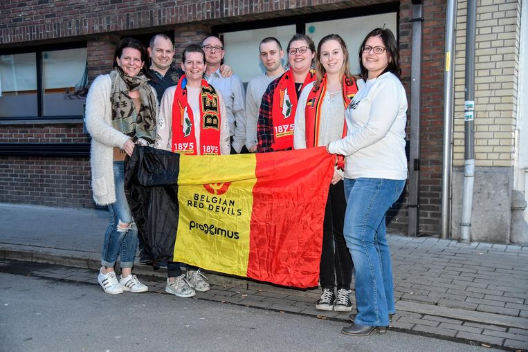 De leden van fanclub Diablo Fanatics zorgen ervoor dat het WK voetbal op groot scherm kan worden gevolgd.