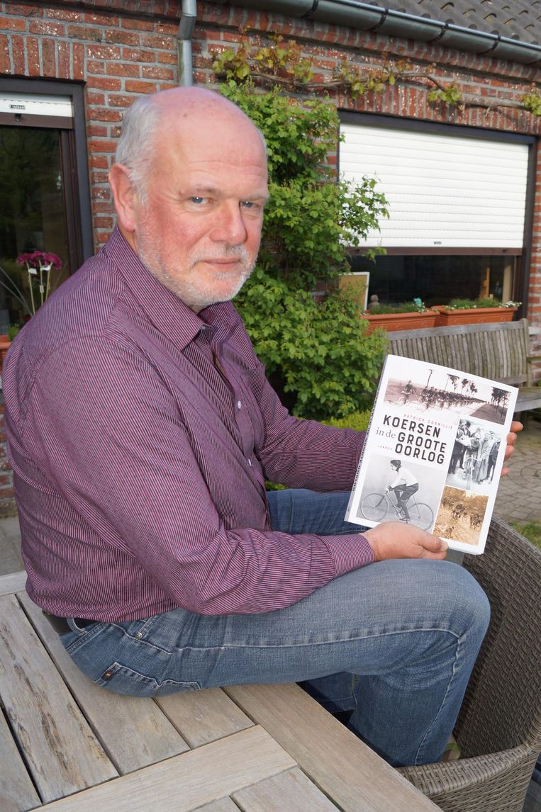 Patrick Cornillie met zijn nieuwe boek.