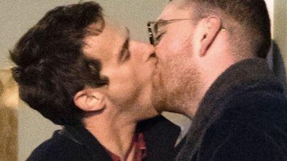 Sam Smith deelt passionele kus met vriend Brandon Flynn