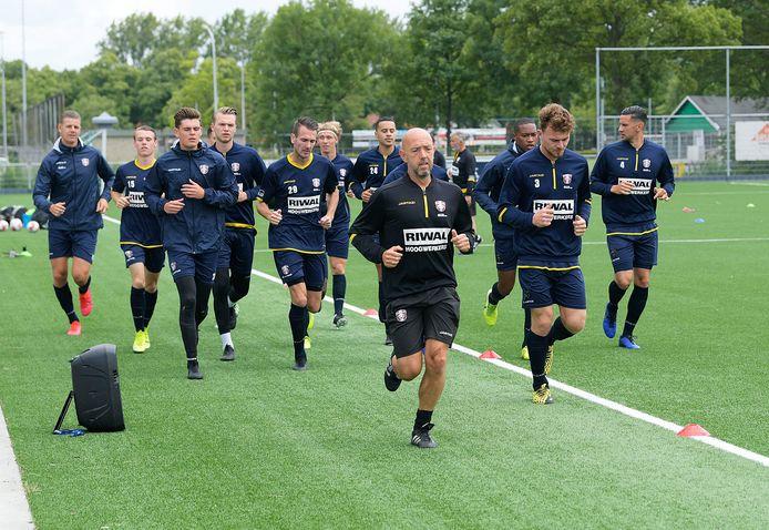De selectie van FC Dordrecht maakte de eerste meters in de voorbereiding op het nieuwe seizoen. Fysiek trainer Michael Koedam leidt de dans