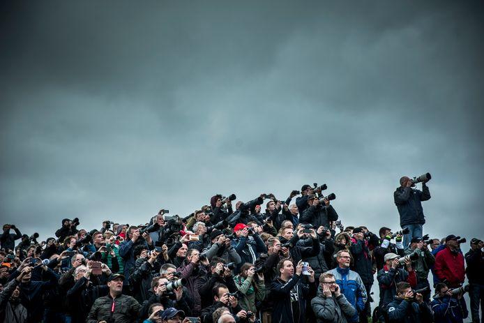 Vliegtuigspotters kijken vanaf een spottersplek naar de aankomst van de Joint Strike Fighter (JSF of F-35) bij Vliegbasis Leeuwarden.