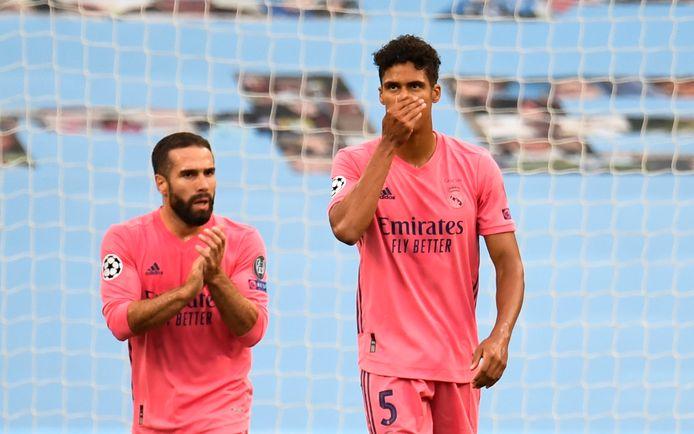 Raphael Varane (rechts) reageert teleurgesteld na de goal van Raheem Sterling.