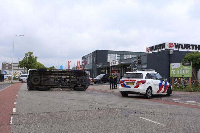 Pick-up belandt op zijn kant na botsing met bestelauto in Eindhoven.