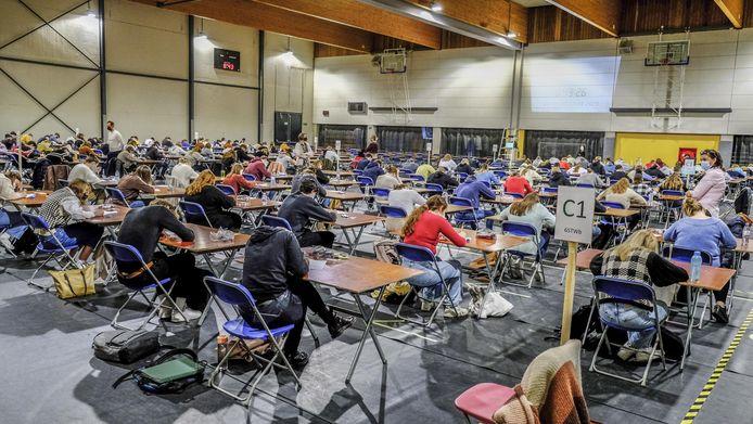 In de grote ruimte konden alle vijfdes en zesdes samen hun examen afleggen.