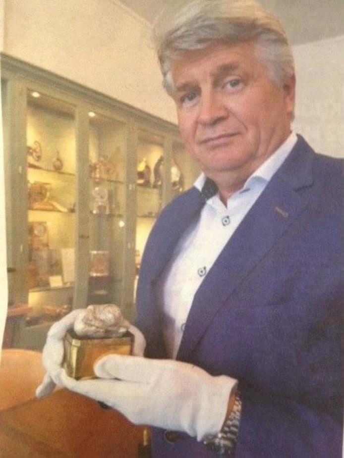 Peter Meefout, directeur van het Venduehuis der Notarissen, met de parel.