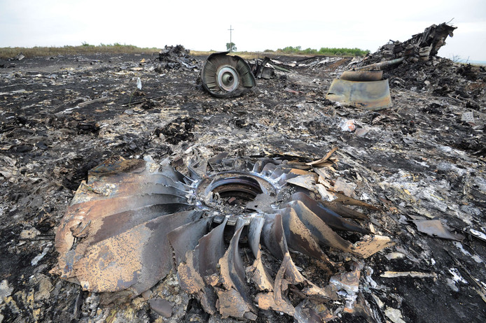 Brokstukken op de crashplek van de Boeing 777 van Malaysia Airlines. Vlucht MH17 was op weg van Amsterdam naar Kuala Lumpur. Aan boord van het toestel waren 280 passagiers en 15 bemanningsleden, die allemaal zijn omgekomen.