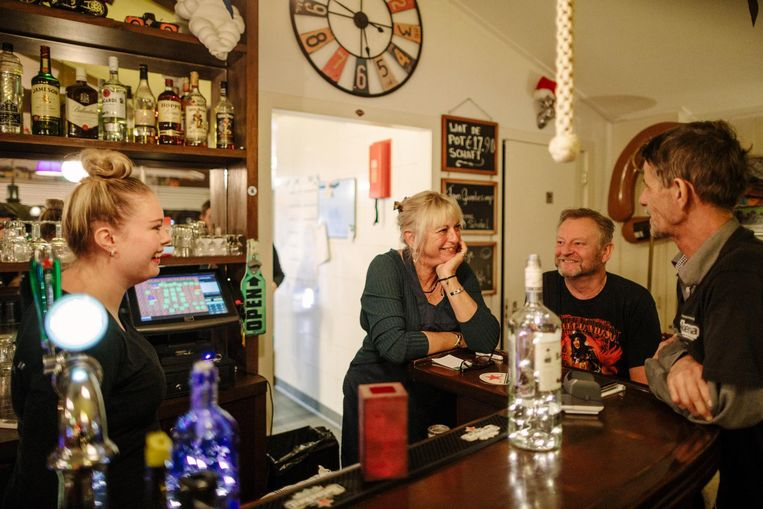 Serveerster Laura Strube, eigenaren Marjan de Boer en Erwin Prop, en chauffeur Oane Faasse (vlnr): 'Hier voel ik me thuis' Beeld Marc Driessen