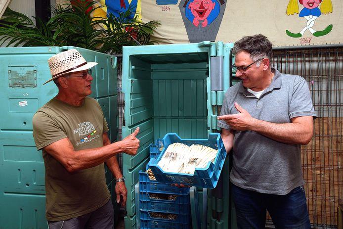 Leo den Heijer (links) van Voedselbank Goed Ontmoet ontvangt in De Remise op Calfven vele kilo's Brabantse Wal-asperges van teler Corné Ooms (rechts). De zestien telers in de regio schenken in totaal zo'n 450 kilo voor gezinnen die voedselhulp nodig hebben.