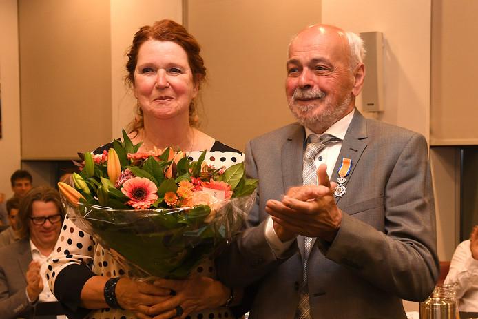 Henk Siroen kreeg begin mei een lintje na 37 jaar raadslidmaatschap in Cuijk. Links zijn echtgenote.